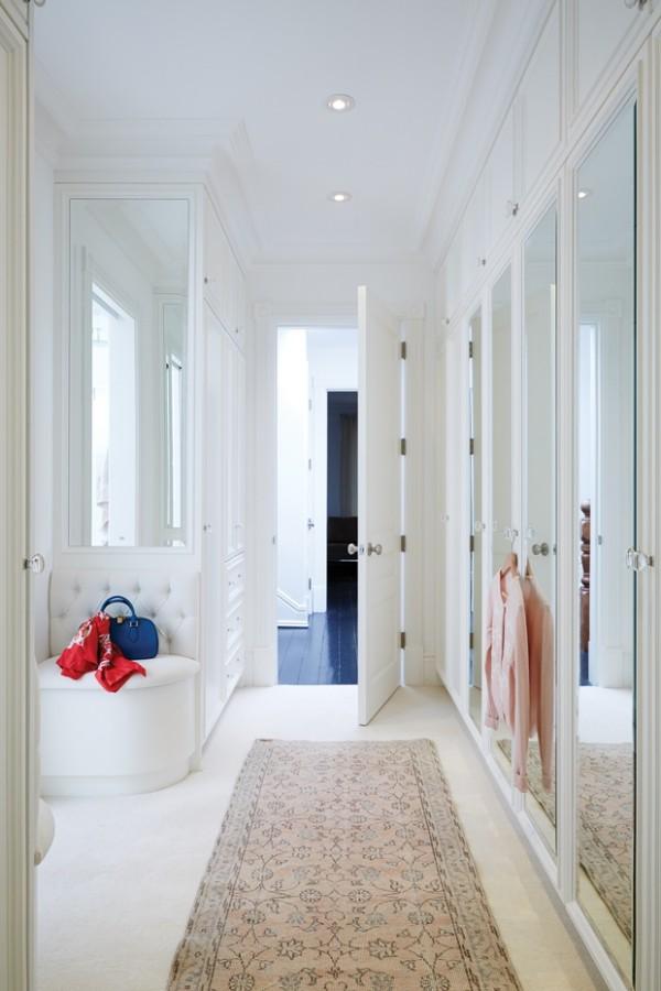 Begehbarer Kleiderschrank in Weiß ausgeführt Ecksessel Teppich Spiegel