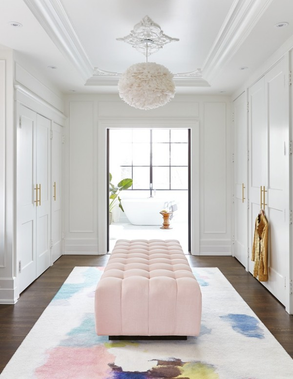 Begehbarer Kleiderschrank luxuriöse Einrichtung rosa Sitzbank Teppich