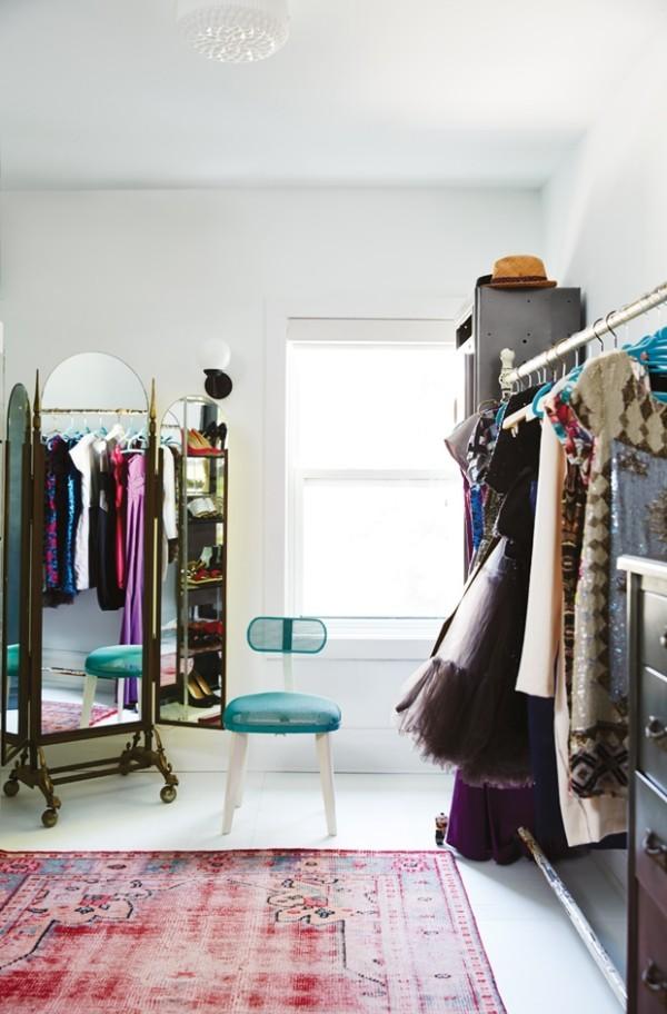 Begehbarer Kleiderschrank offene Kleiderständer farbenfrohes Ambiente Teppich