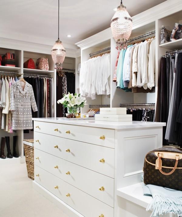 Begehbarer Kleiderschrank plus große Kommode viele Schubladen Fächer Körbe daneben