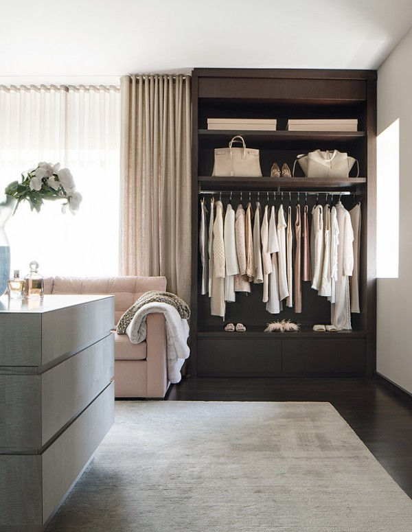 Begehbarer Kleiderschrank schöne Zimmereinrichtung Frauenkleidung Taschen Schuhe