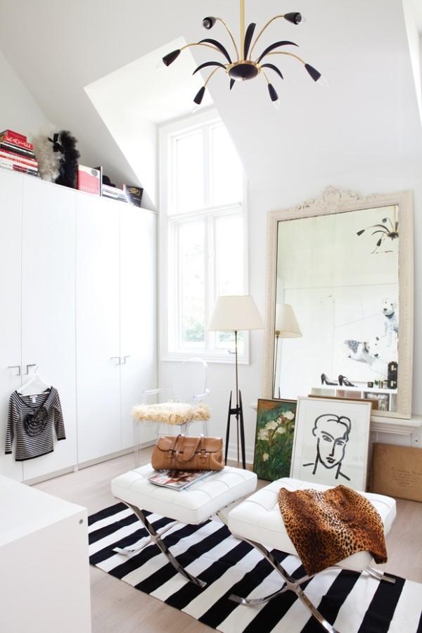 Begehbarer Kleiderschrank schickt eingerichtet in Weiß kleiner gestreifter Teppich in Schwarz-Weiß