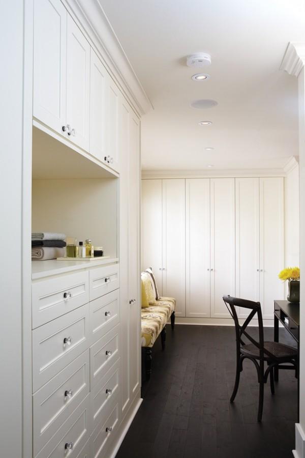 Begehbarer Kleiderschrank viele Schubladen ein Schreibtisch