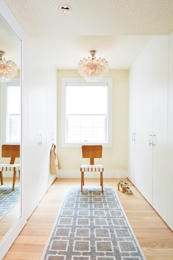 Begehbarer Kleiderschrank weißes Ambiente Läufer Stuhl