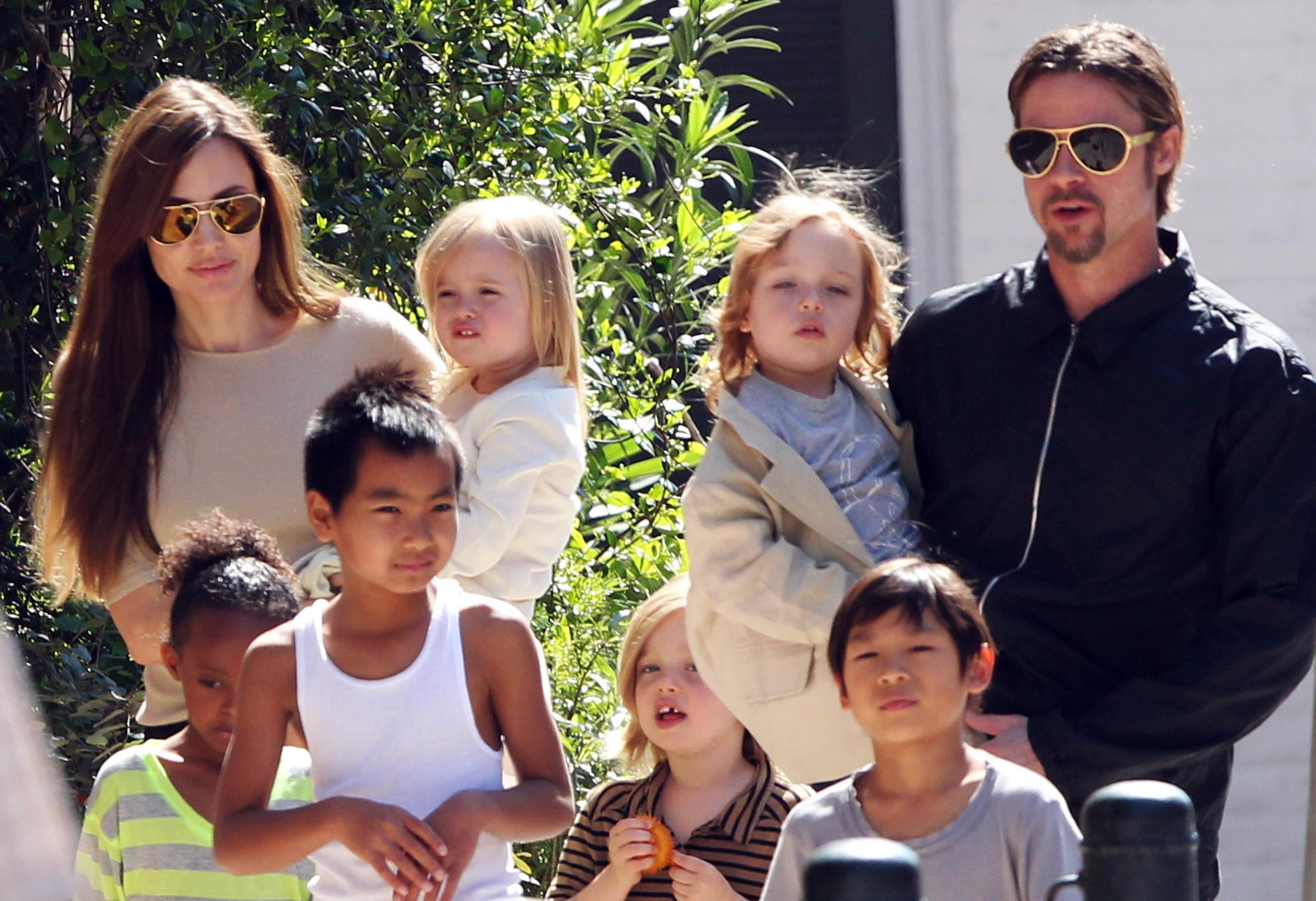 Bradd Pitt und angelina jolie mit ihren kindern