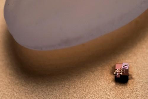 Der kleinste Computer der Welt neben einen reiskorn