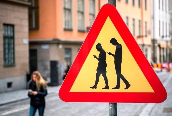 Die nächsten Smartphones werden uns am Gang erkennen achtung menschen mit handys in hand