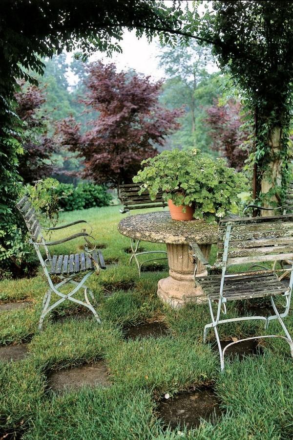 Gartengestaltung Ideen runder Kaffeetisch