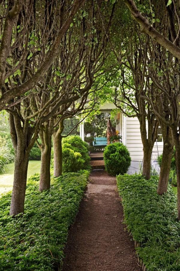 Gartengestaltung Ideen schmaler Pfad zum Landhaus