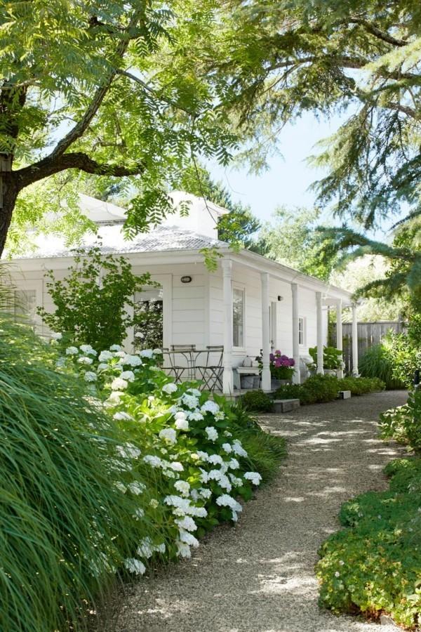 Gartengestaltung Ideen weiße Blüten weißes Haus viel Grün