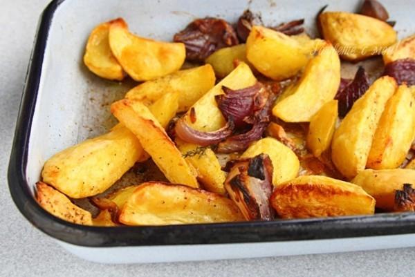 Gesunde Kohlenhydrate Kartoffelgericht vor dem Servieren aufwärmen
