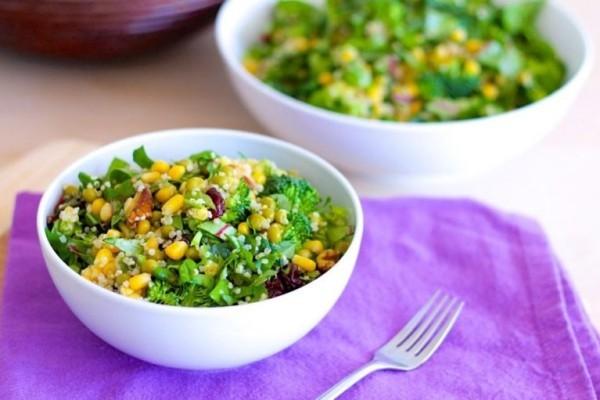 Gesunde Kohlenhydrate Quinoa Körner im frischen Salat