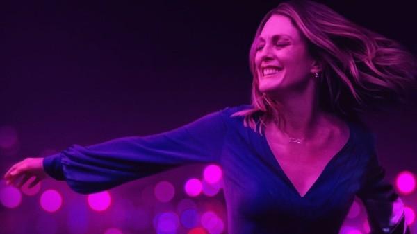 """Julianne Moore spielt in """"Gloria Bell"""" eine glücklich geschiedene Frau, die sich in LA amüsiert."""