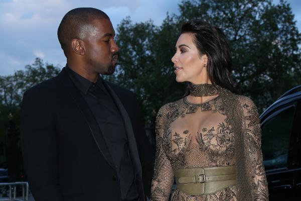 Kim Kardashian zusammen mit Kanye West schwarz gold und braun