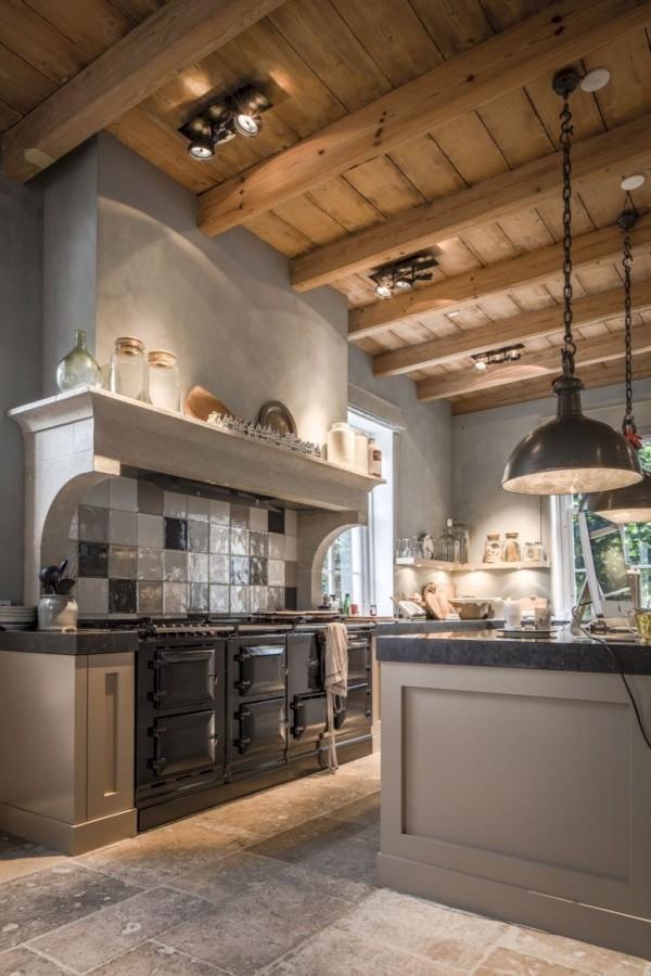 Landhausküche ganz natürlich etwas urig und rustikal Holzdecke Kacheln Ofen