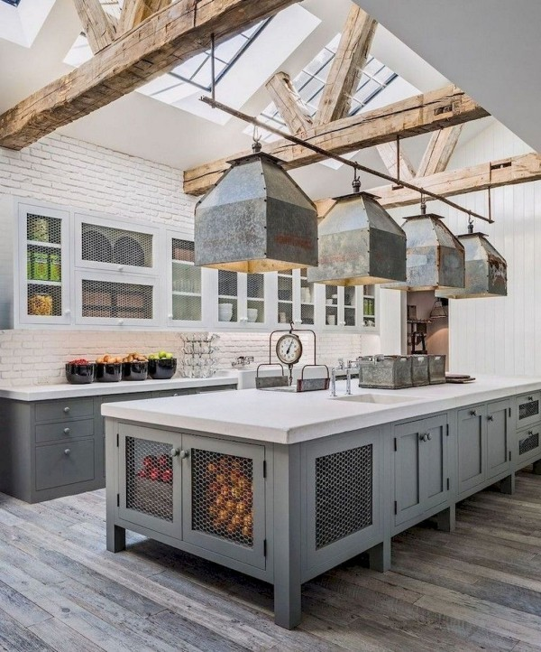 Landhausküche klare Linien schlichte Formensprache offene Holzbalken Hängeleuchten aus Blech
