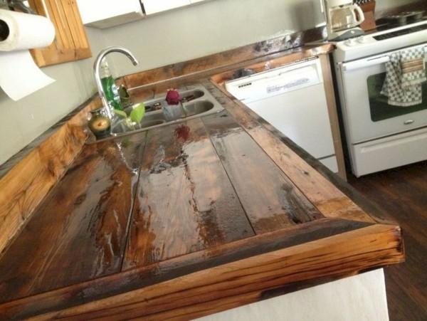 Landhausküche lackiertes Holz als Arbeitsplatte rustikaler Charme praktische Anwendung
