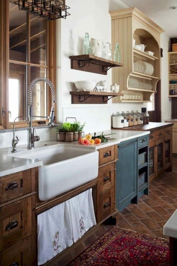 Landhausküche viel Naturholz Wärme schokoladenbraune Fußbodenfliesen