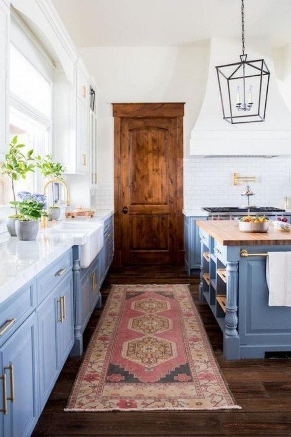 Landhausküche viel Tageslicht hellblaue Küchenschränke gemütliche Atmosphäre