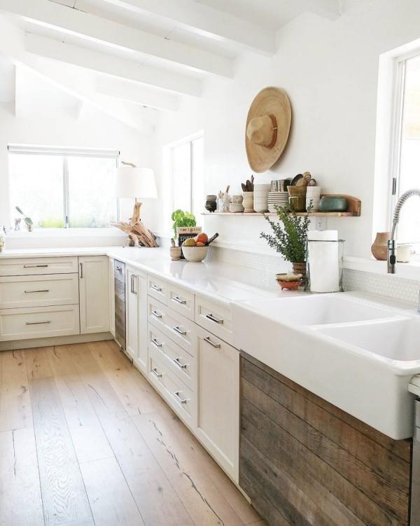 Landhausküche weiß und Naturholz klare Linien Küche im skandinavischen Stil