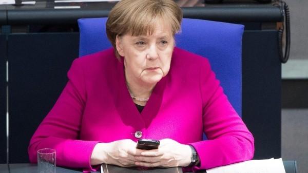 Merkel mit einem Telefon Datendiebstahl