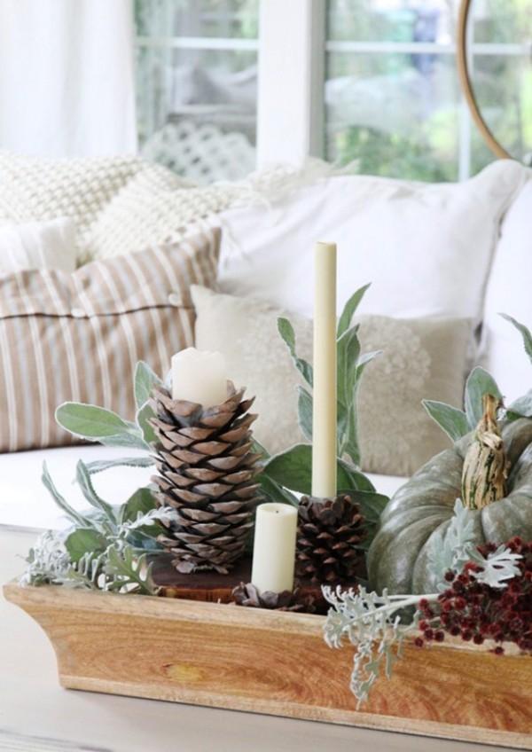 Natur ins Haus holen Deko Elemente Zapfen grüne Zweige weiße Kerzen ein winterliches Arrangement