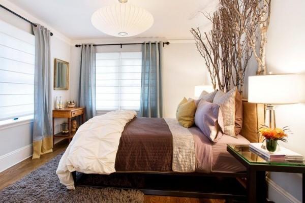Natur ins Haus holen sanfte Naturfarben im Schlafzimmer Birkenzweige als Deko