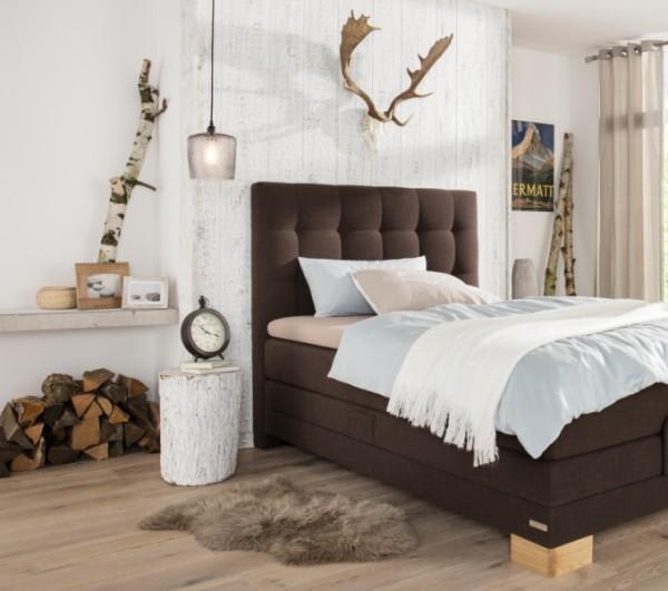Natur ins Haus holen weißes Birkenholz Schlafzimmer schokoladenbraunes Bett Kontraste schaffen
