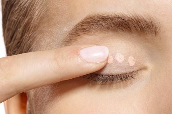 base auftragen smokey eyes schminken