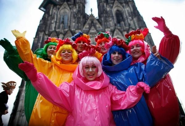 karnevalskostüme ideen vor der kathedrale