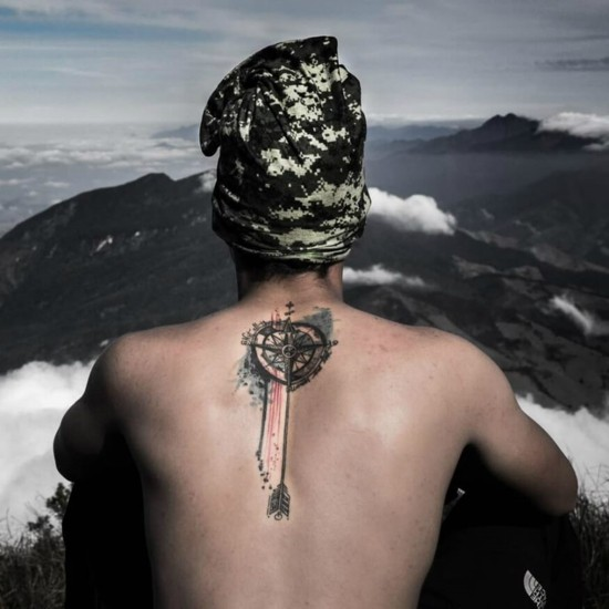 kompass wanderlust tattoo ideen rücken