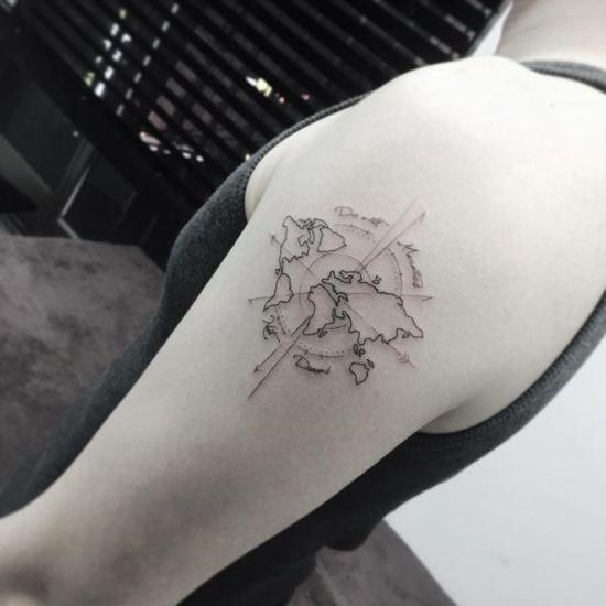 minimalistische filigrane weltkarte wanderlust tattoo ideen