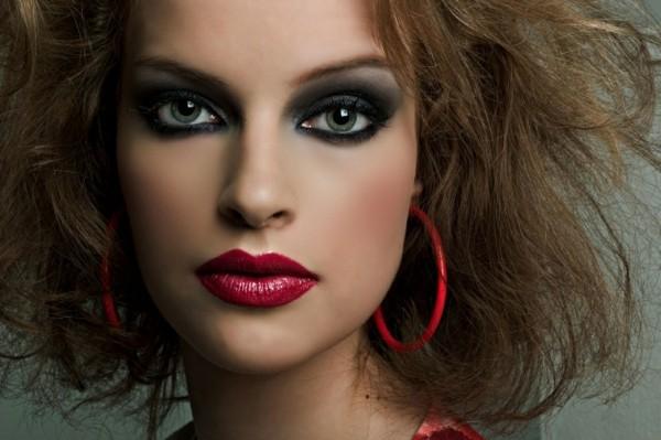 sinnliche smokey eyes schminken roter lippenstift