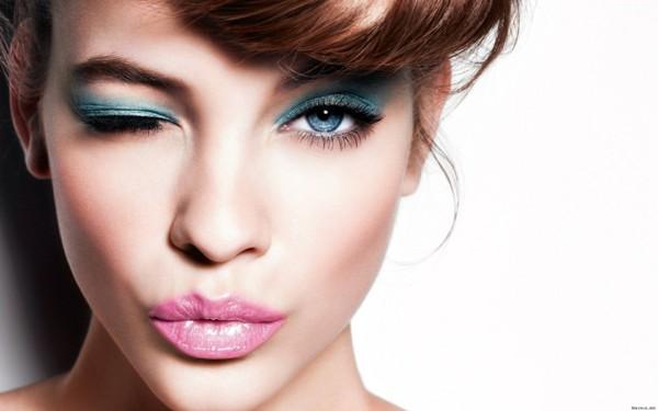 smokey eyes schminken hell blau