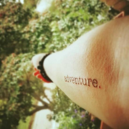 wanderlust tattoo ideen adventure schriftzug