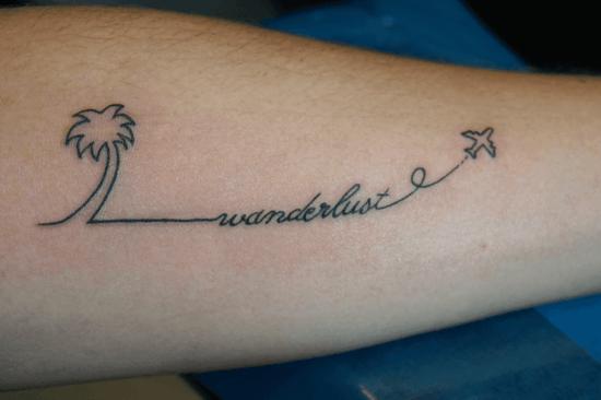 wanderlust tattoo ideen flugzeug und palme