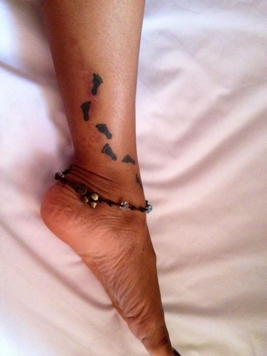 wanderlust tattoo ideen fußgelenk kleine fußabdrucke