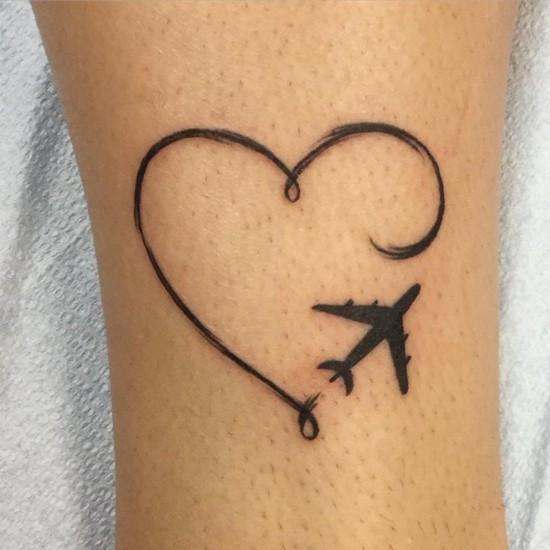 wanderlust tattoo ideen herz und flugzeug