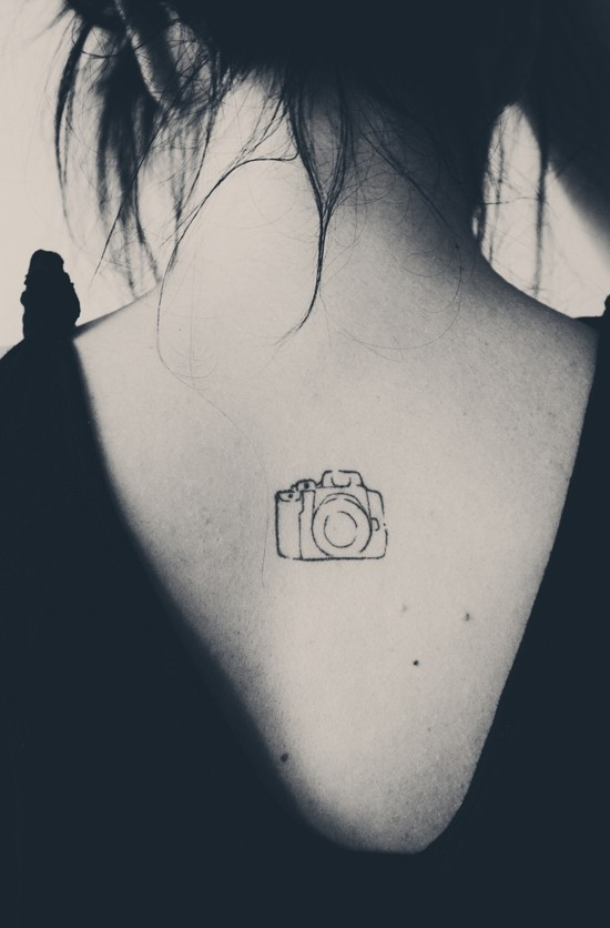 wanderlust tattoo ideen kleine kamera rücken