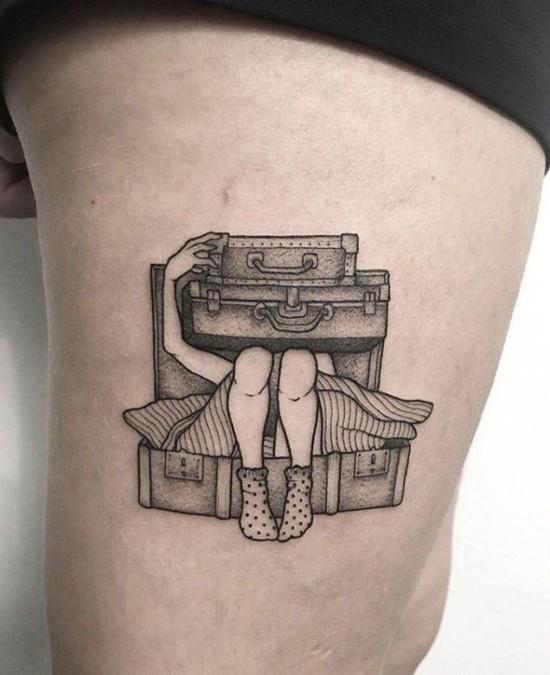 wanderlust tattoo ideen koffer frau