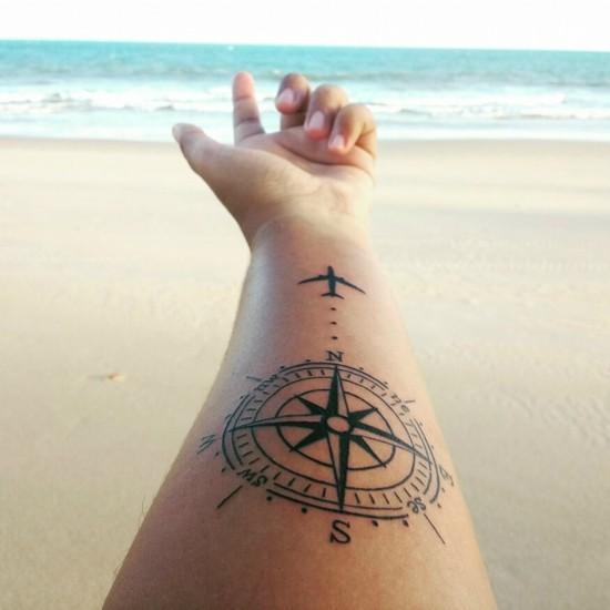 wanderlust tattoo ideen kompass flugzeug unterarm tätowierung