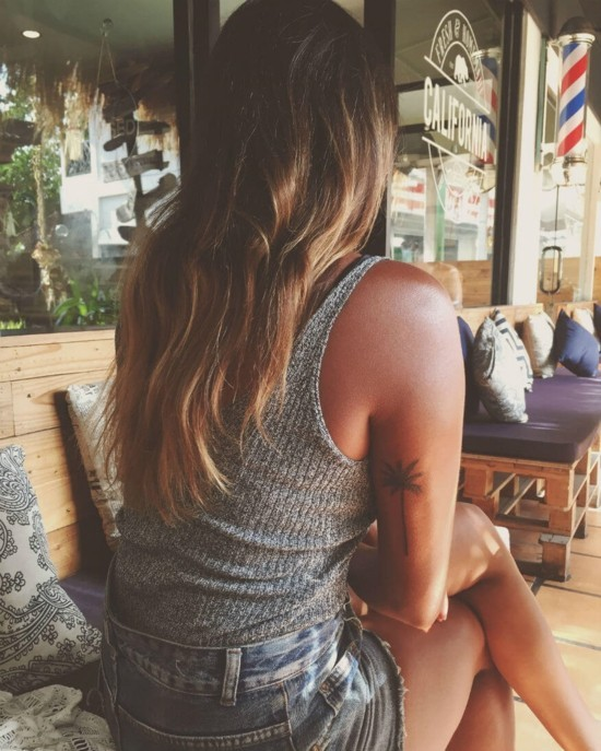 wanderlust tattoo ideen palme oberarm