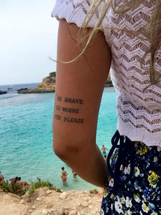 wanderlust tattoo ideen schriftzug englisch