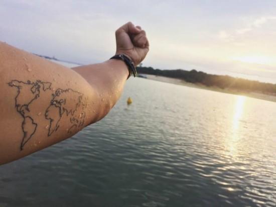 wanderlust tattoo ideen weltkarte oberarm