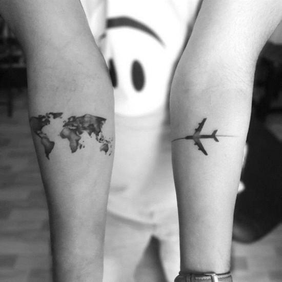 wanderlust tattoo ideen zwei hände