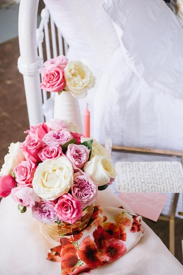 Beistelltisch mit Blumenstrauß Valentinstag