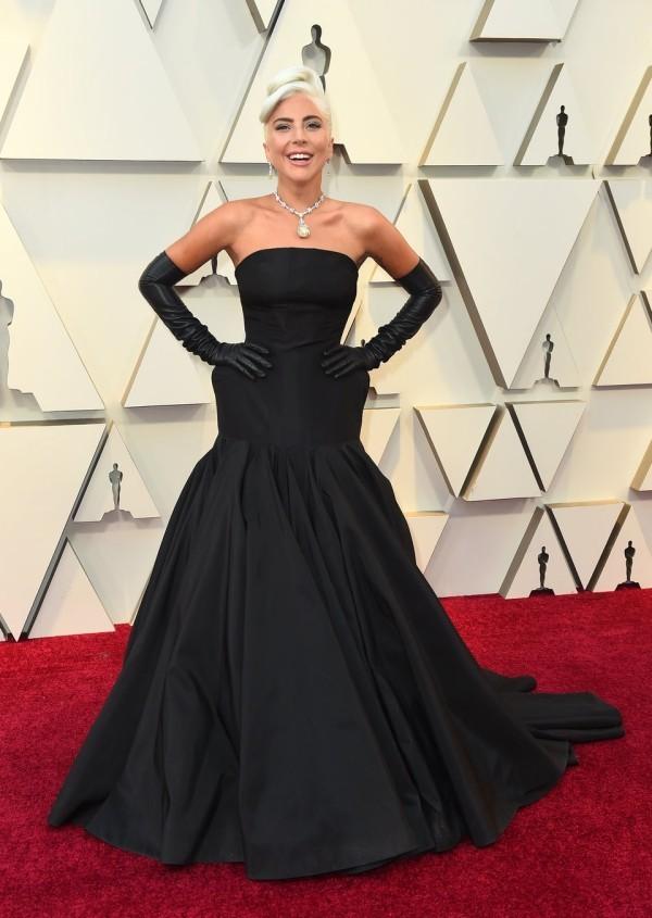 Die besten Outfits bei den Oscars 2019 Lady Gaga schwarzes Kleid von Alexander McQueen