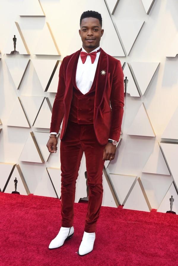 Die besten Outfits bei den Oscars 2019 Stephan James Smoking aus rotem Samt