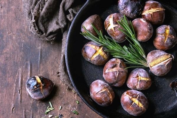Die besten Suppen-Rezepte für den Winter geröstete kastanien maronen