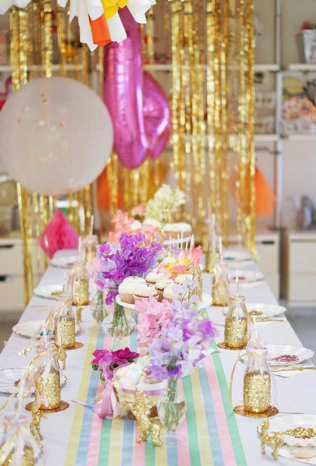 Einhorn bastelideen Tisch mit goldenen Akzenten
